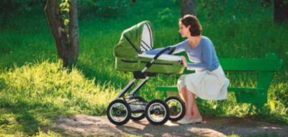 Mutter mit Kinderwagen im Park